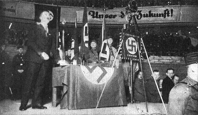 Hitler im Sportpalast vor Mikrofon